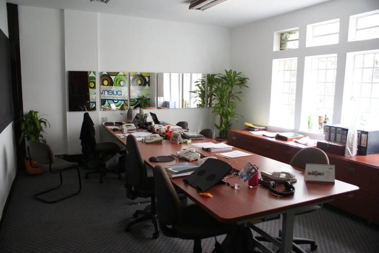 Diseño interior y remodelación oficinas de ventas Buenvivir : Estudios y despachos de estilo  por Daniel Castro Industrial + Interior design
