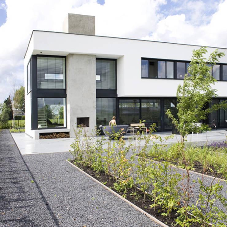 tuingevel:  Villa door Archstudio Architecten | Villa's en interieur,