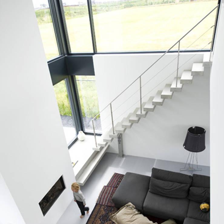 trap: minimalistische Woonkamer door Archstudio Architecten | Villa's en interieur