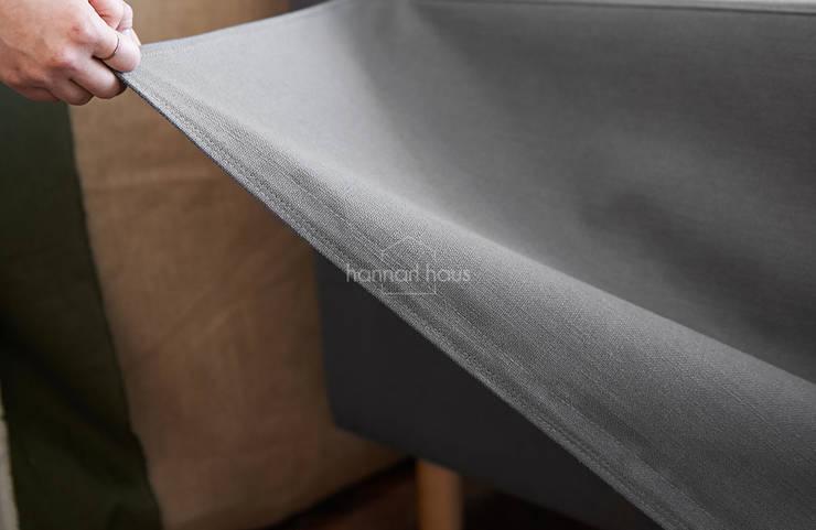 내추럴 인테리어 - Mukava(무까바) 패브릭 소파: 한나하우스의 현대 ,모던 직물 황색 / 골드