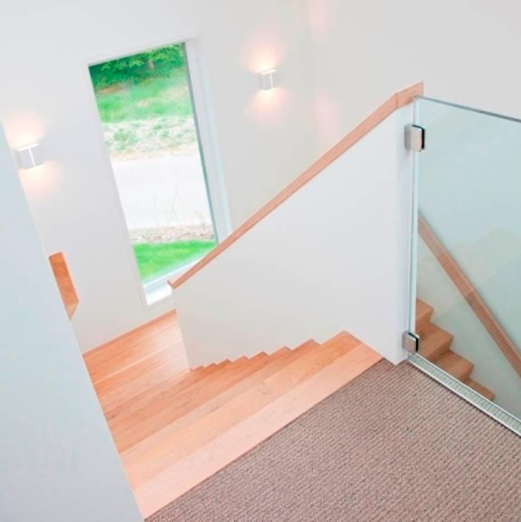 Trappenhuis:  Gang en hal door Archstudio Architecten | Villa's en interieur, Modern Hout Hout