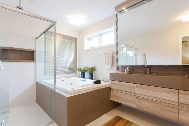Bathroom by Escritorio de Arquitetura Karina Garcia