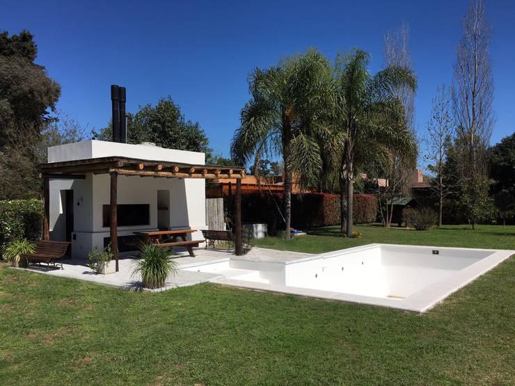 Casa Soljan: Piletas de estilo mediterraneo por Estudio Victoria Suriguez