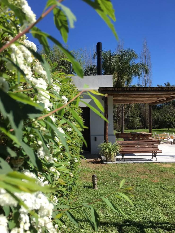 Casa Solajn: Jardines de estilo  por Estudio Victoria Suriguez,