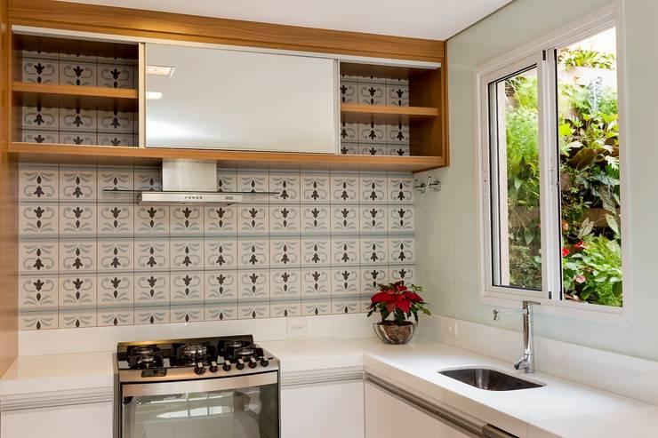 Casa Pedra Ferro: Cozinhas  por Isa Ramoni Arquitetura