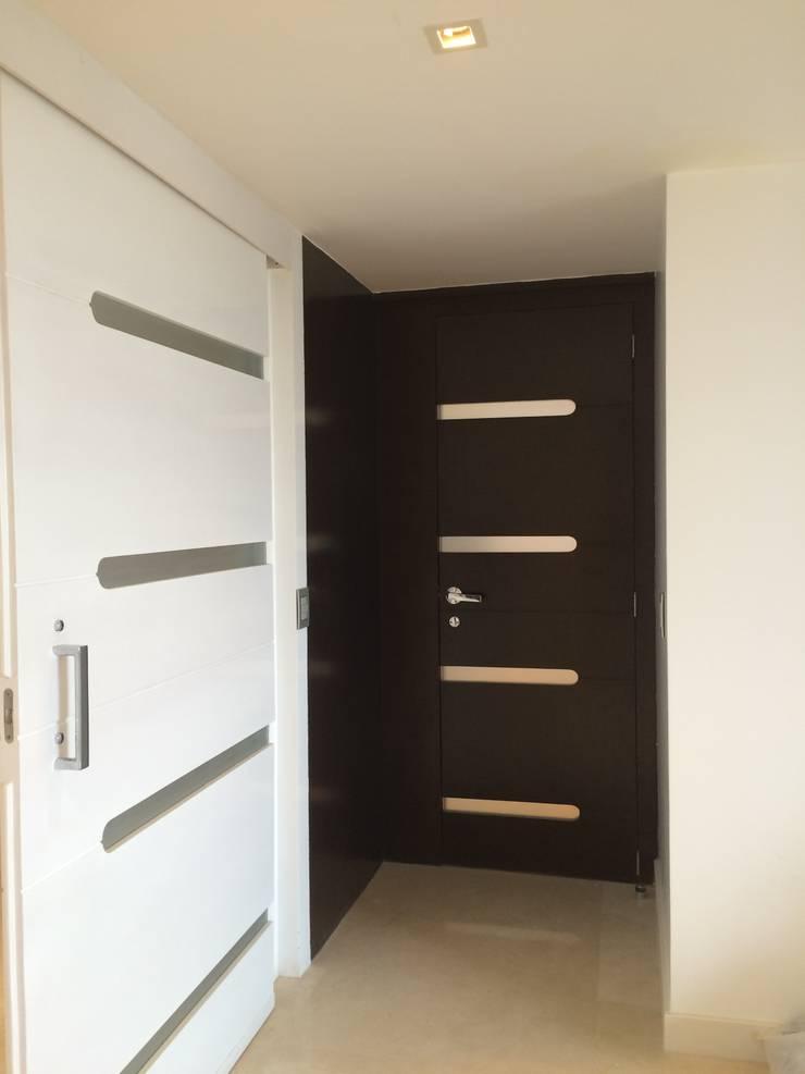 APT.13 – TORRE ANGELINI: Puertas y ventanas de estilo  por Complementos C.A.