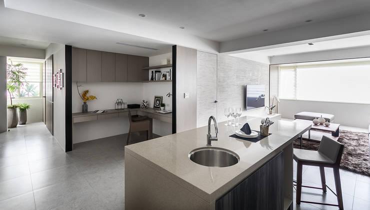 minimalistic Dining room by E&C創意設計有限公司