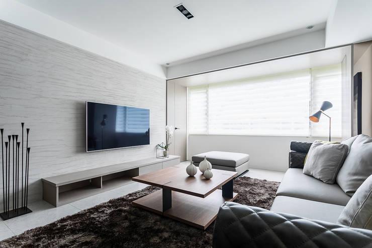 minimalistic Living room by E&C創意設計有限公司