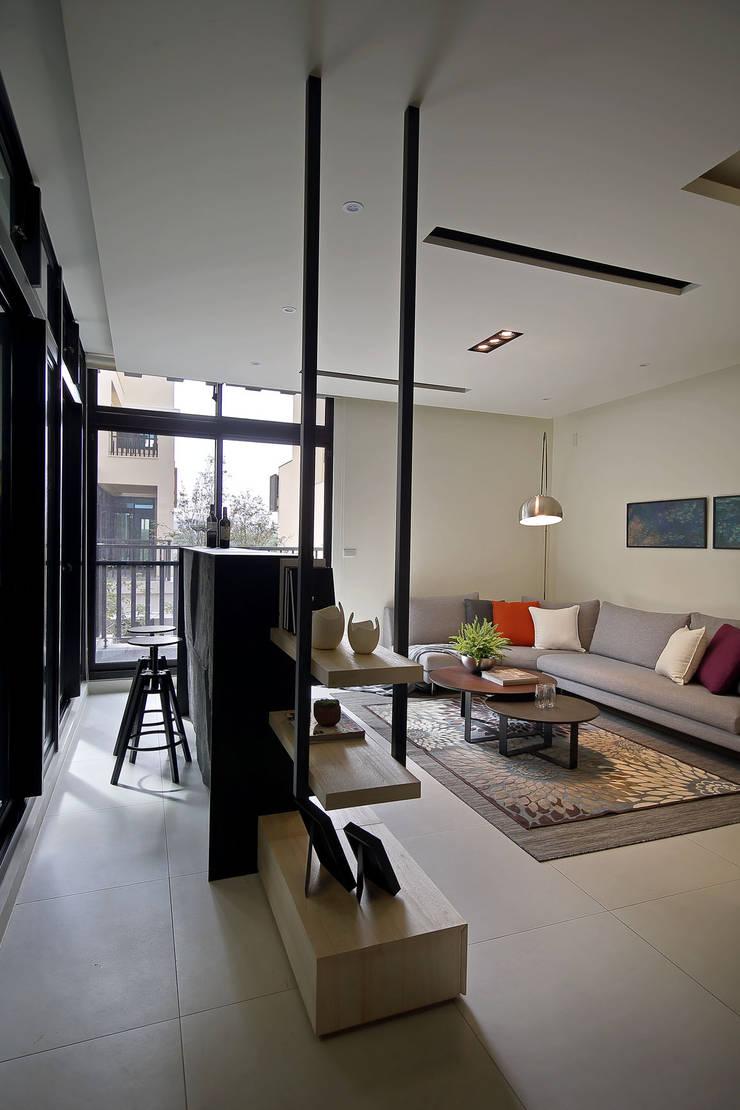 隨意隨心,恰如其分的空間:  客廳 by 楊允幀空間設計