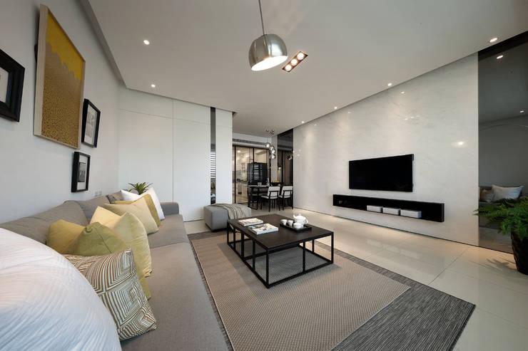 最簡單的黑白,卻藏著最精彩的語彙:  客廳 by 楊允幀空間設計