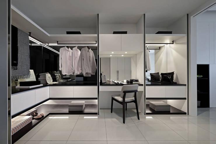 Closets de estilo  por 楊允幀空間設計