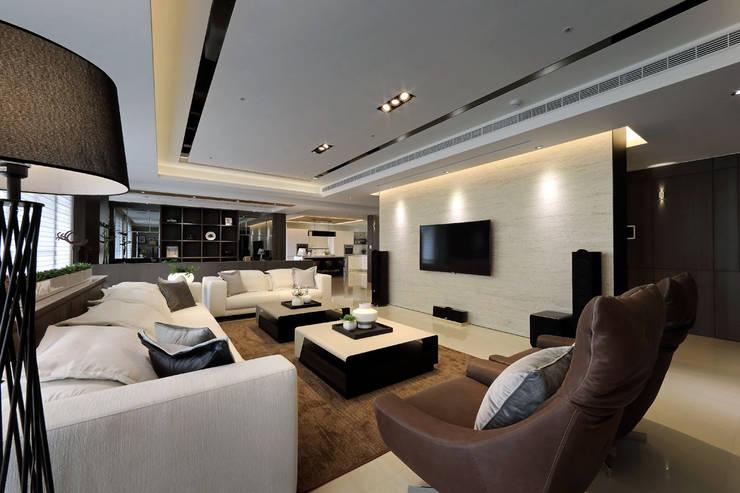 從容:  客廳 by 楊允幀空間設計