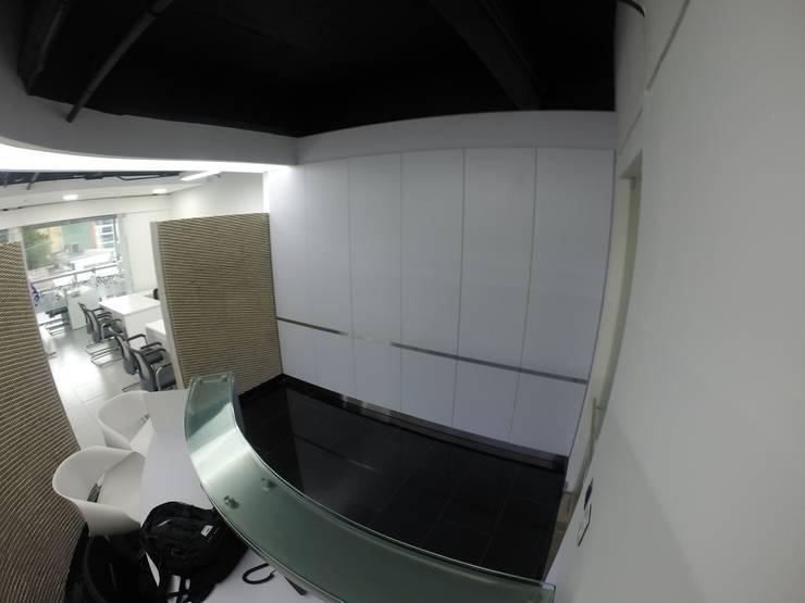 Mueble de almacenamiento: Oficinas y tiendas de estilo  por MODE ARQUITECTOS SAS,