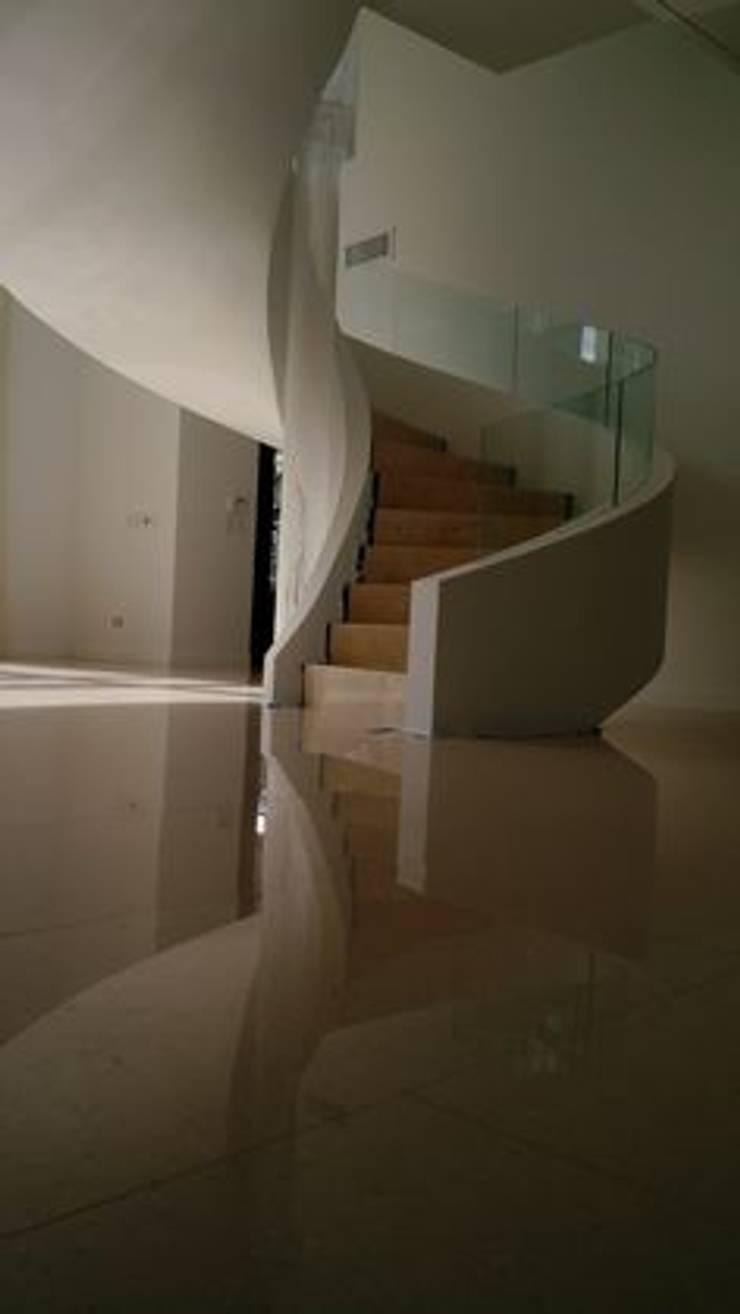 Baranda Curva de Vidrio.: Galerías y espacios comerciales de estilo  por vidrioscurvos com,