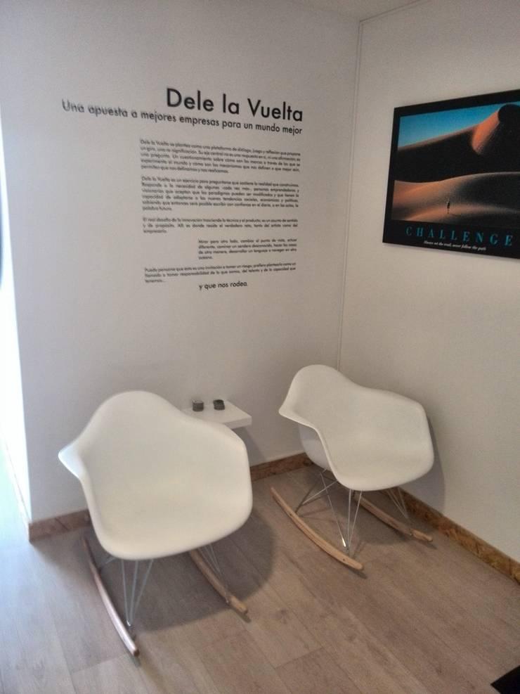 SALA DE ESPERA: Oficinas y Tiendas de estilo  por IngeniARQ