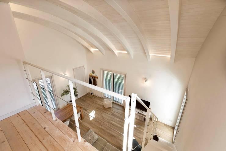 Casa in legno Villa Paloma: Soggiorno in stile  di Progettolegno srl