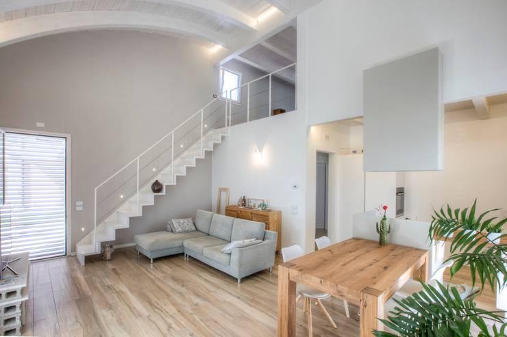 Salas de estilo moderno por Progettolegno srl