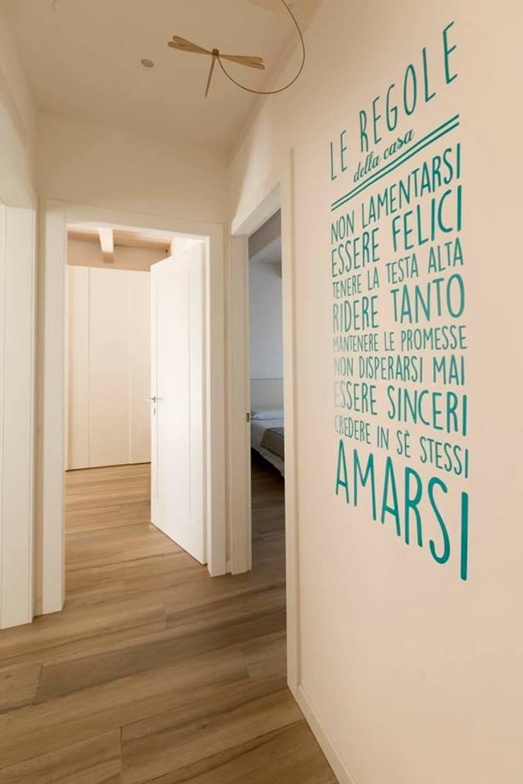 Pasillos, vestíbulos y escaleras de estilo moderno de Progettolegno srl Moderno Madera Acabado en madera