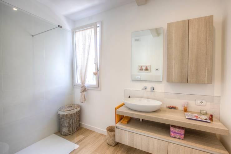 Casas de banho modernas por Progettolegno srl