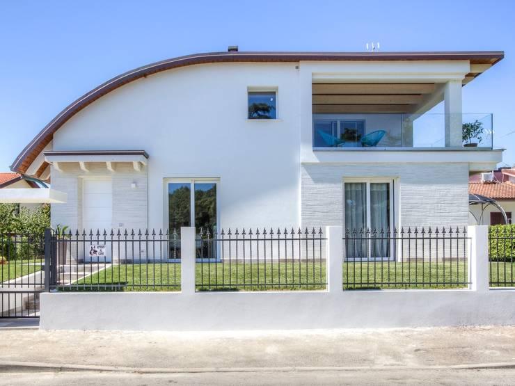 Casas de estilo moderno por Progettolegno srl