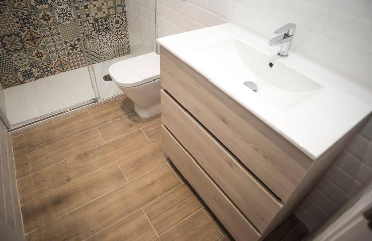 Reforma de cuarto de baño: Baños de estilo mediterráneo de Grupo Inventia