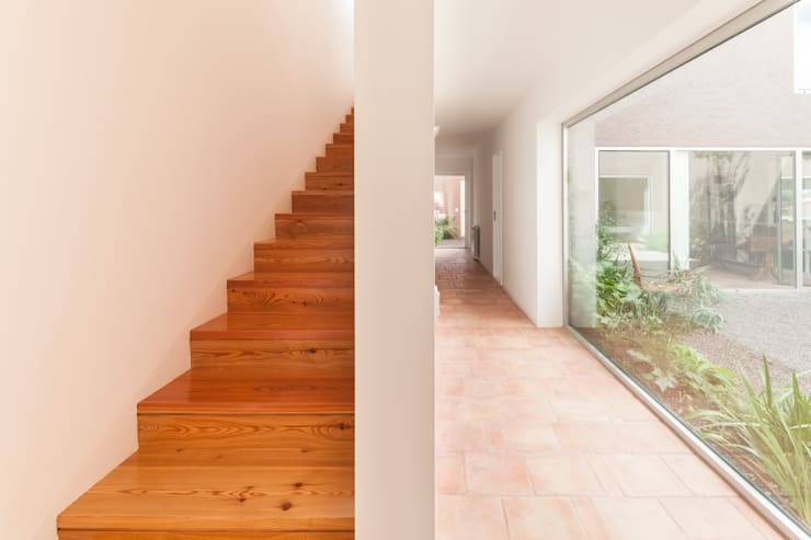 House with Three Courtyards Koridor & Tangga Gaya Mediteran Oleh EXTRASTUDIO Mediteran