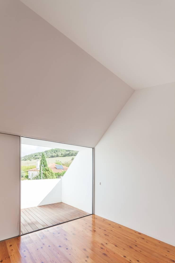 House with Three Courtyards Kamar Tidur Gaya Mediteran Oleh EXTRASTUDIO Mediteran