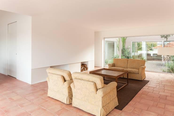 House with Three Courtyards Ruang Keluarga Gaya Mediteran Oleh EXTRASTUDIO Mediteran