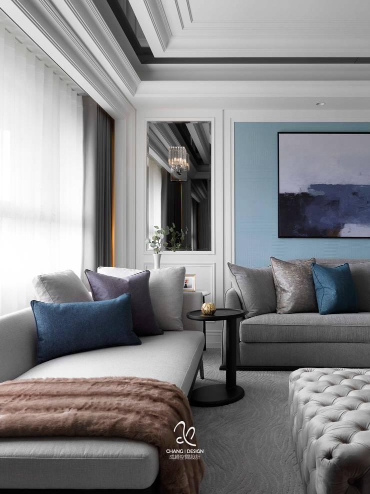 輕新新古典:  客廳 by 成綺空間設計