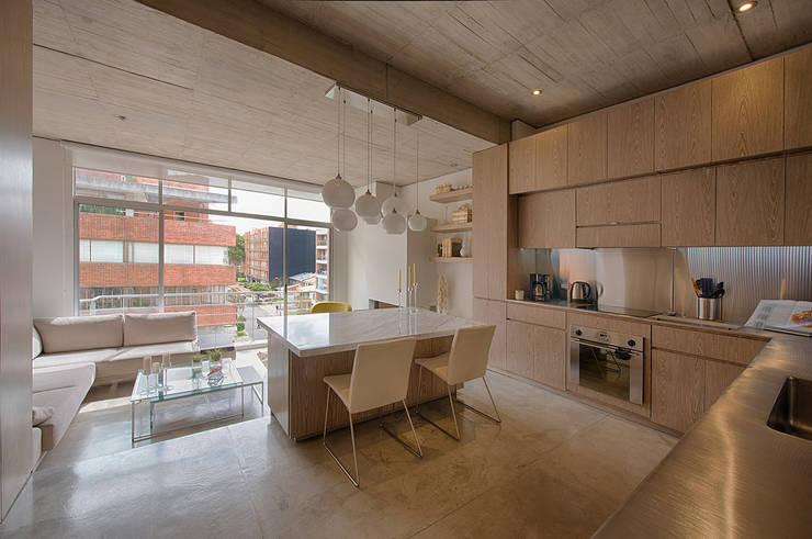 LIVING+KITCHEN: Comedores de estilo  por Martínez Arquitectura