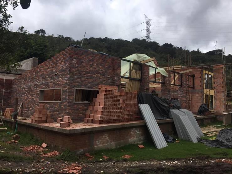 Casa Privada – Guasca – Cundinamarca: Casas campestres de estilo  por Bustos + Quintero arquitectos
