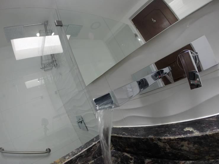 Detalle de grifería de cascada: Baños de estilo  por MODE ARQUITECTOS SAS