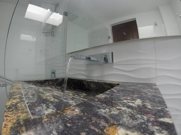 Detalle de grifería de cascada y mesón en granito: Baños de estilo  por MODE ARQUITECTOS SAS