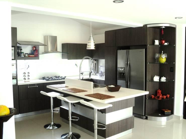 Casas Campestres : Cocinas de estilo  por Arquitectos y Entorno S.A.S, Moderno