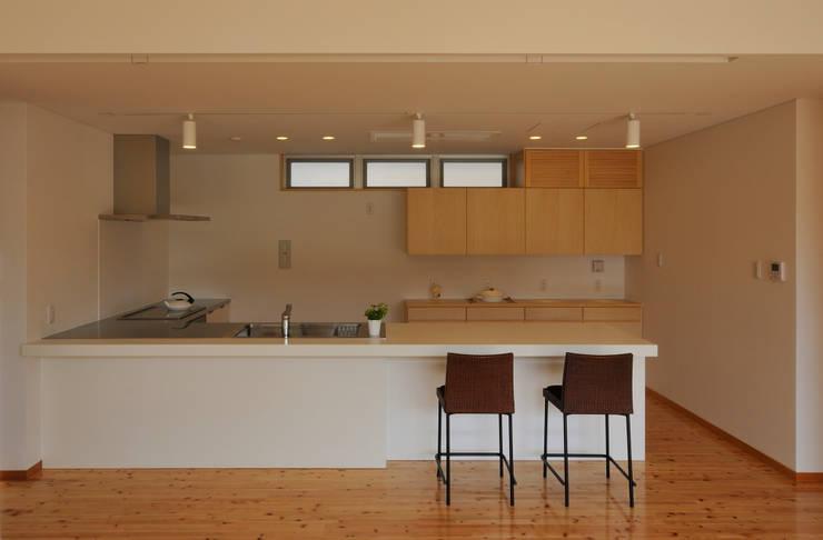 I邸: アイ・エイチ・エー設計が手掛けたダイニングです。