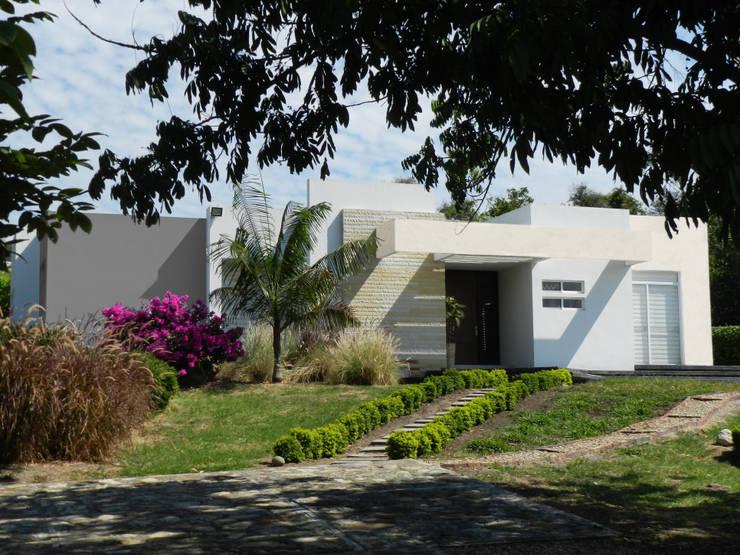 Casas Campestres: Casas de estilo  por Arquitectos y Entorno S.A.S