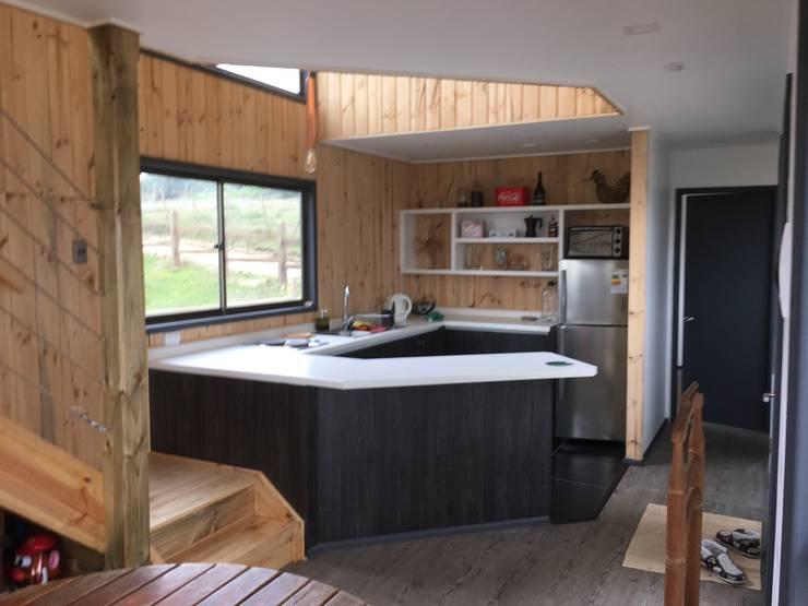 Cabaña Catrianca, Pichilemu: Cocinas de estilo  por EstradaMassera Arquitectura