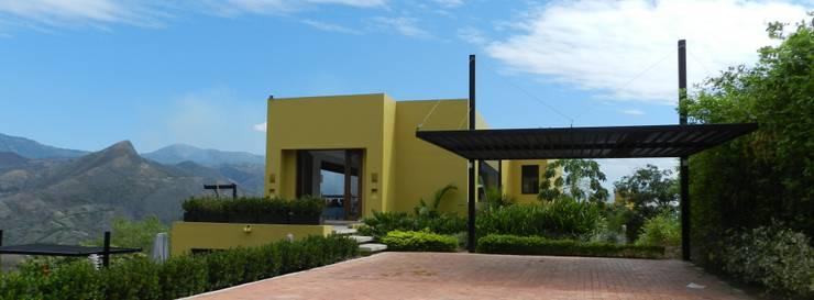 : Casas de estilo  por Arquitectos y Entorno S.A.S