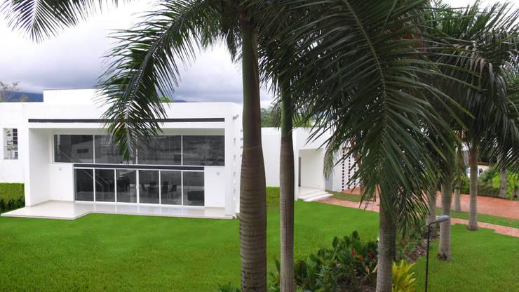 Casas Campestres : Casas de estilo  por Arquitectos y Entorno S.A.S