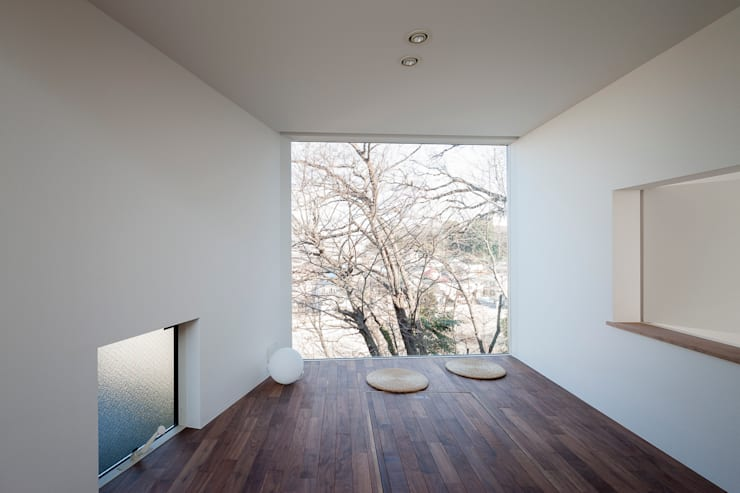 ギャラリーとスモールオフィスが同居した住居: acaaが手掛けたリビングです。