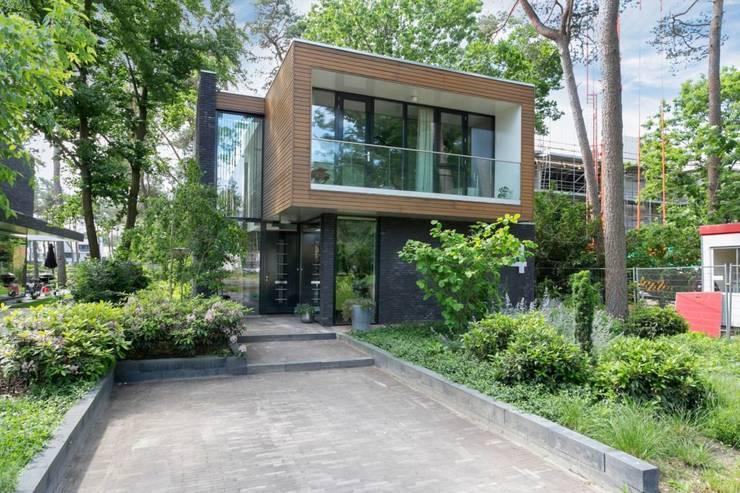 Wonen in het bos.:  Villa door Bongers Architecten