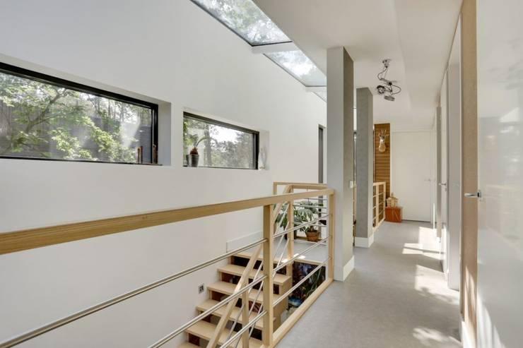 Wonen in het bos.:  Trap door Bongers Architecten