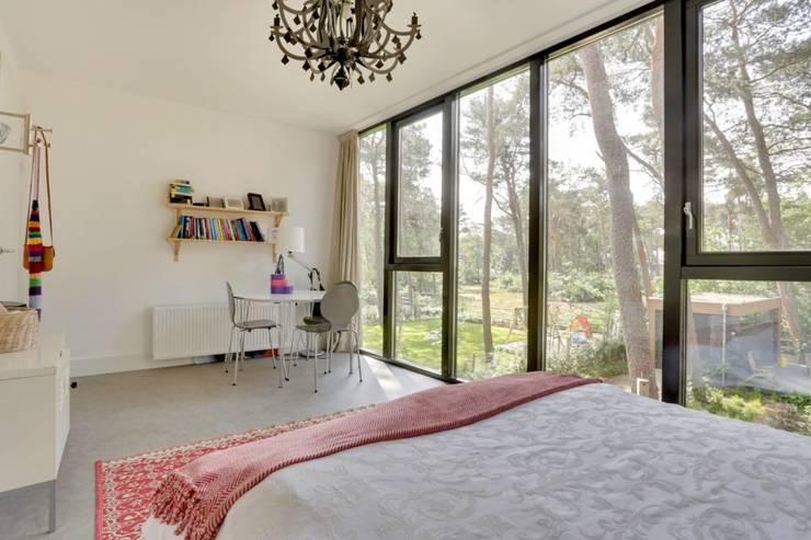 Wonen in het bos.:  Slaapkamer door Bongers Architecten