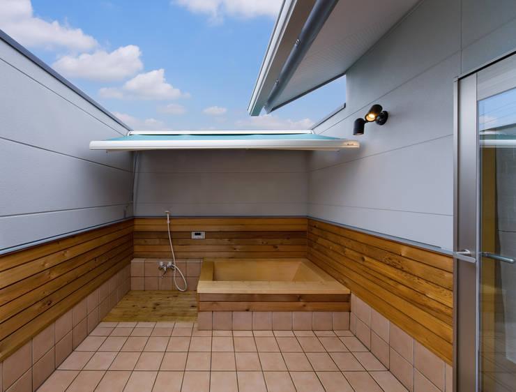 多角形の2階リビング(既存減築+新築)の暮らし: (株)独楽蔵 KOMAGURAが手掛けたスパ・サウナです。
