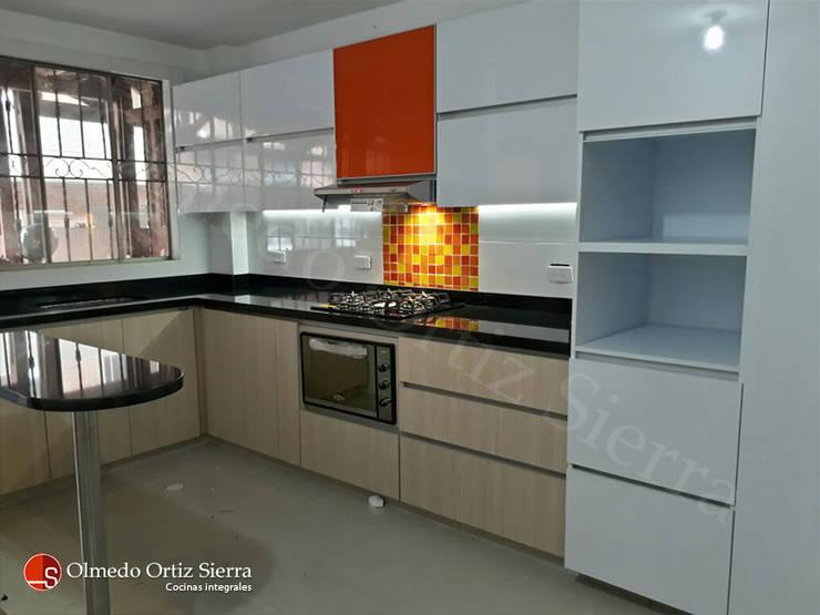 Cocina Integral Con Barra y Combinación de Colores: Cocinas integrales de estilo  por Cocinas Integrales Olmedo Ortiz Sierra, Moderno Aglomerado