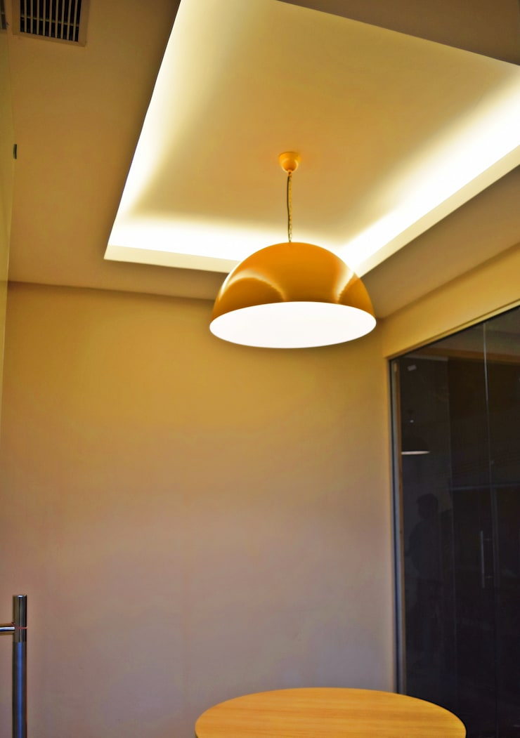 Discussion room- Office at Sector 32, gurugram:  Offices & stores by The Workroom