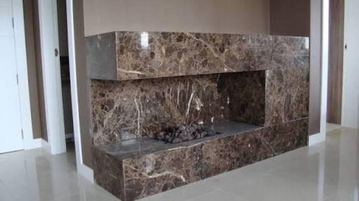 Lareira em mármore marrom Imperador: Sala de estar  por Lucio Muller