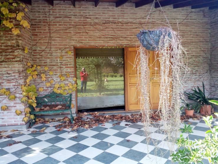 Casa de campo: Paredes de estilo  por Marcelo Manzán Arquitecto,