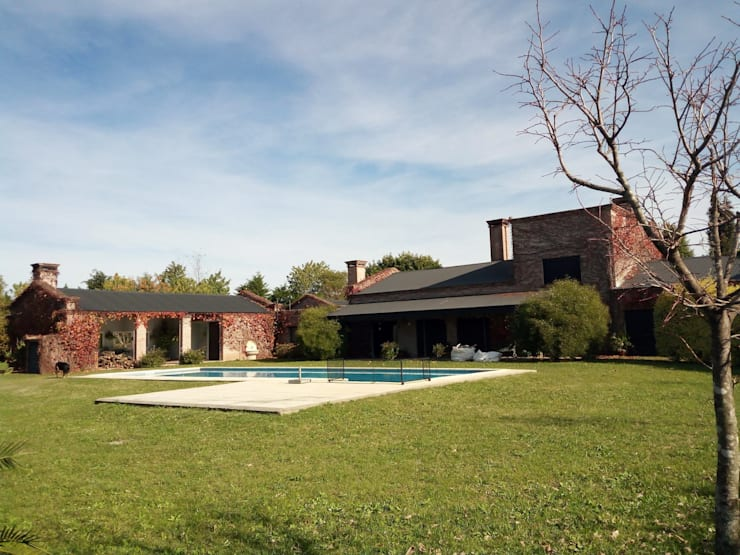 Casa de campo: Jardines de estilo  por Marcelo Manzán Arquitecto,