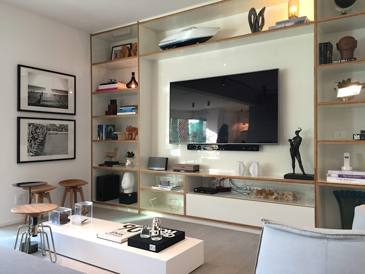 Sala estar : Salas multimídia  por branco arquitetura